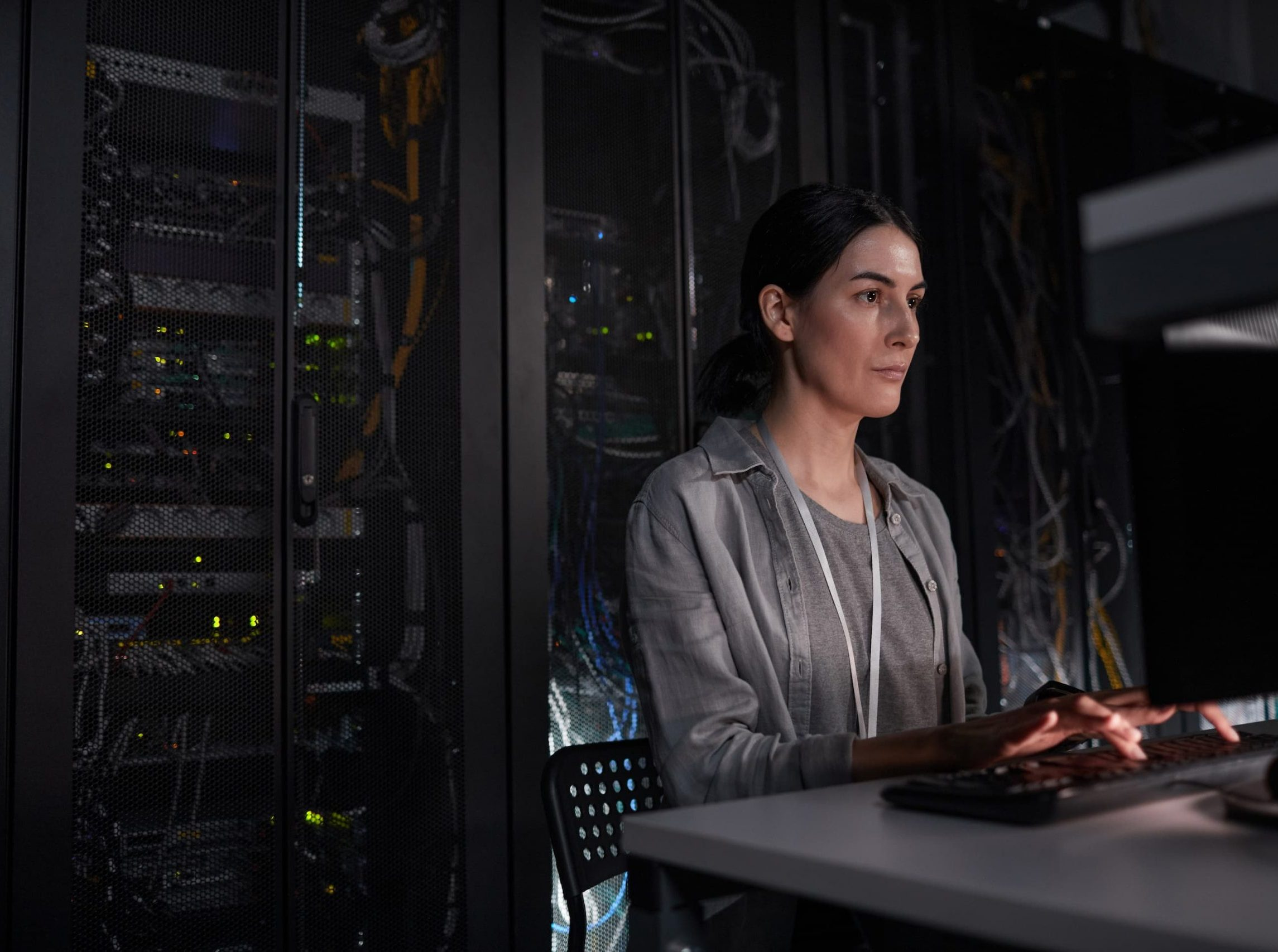 woman-using-computer-in-server-room-6YHX2NB (1)